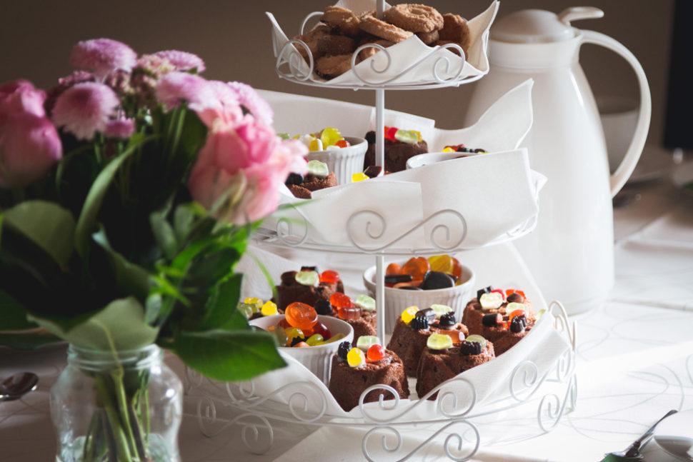 шоколадный десерта с фисташками, цукатами или грецкими орехами