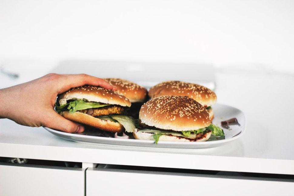 Сочный бургер с говяжьей котлетой